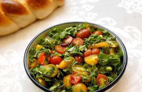 סלט עגבניות שרי ועשבי תיבול היסטרי