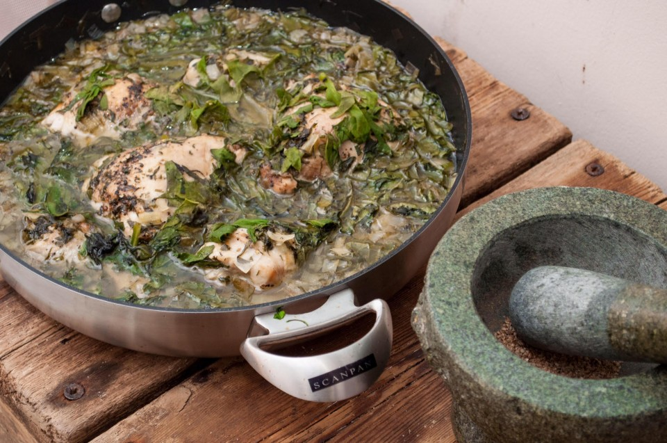 תבשיל ביתי, קצת כפרי ומחוספס, אבל כל כך טעים! עוף והמון ירוקים