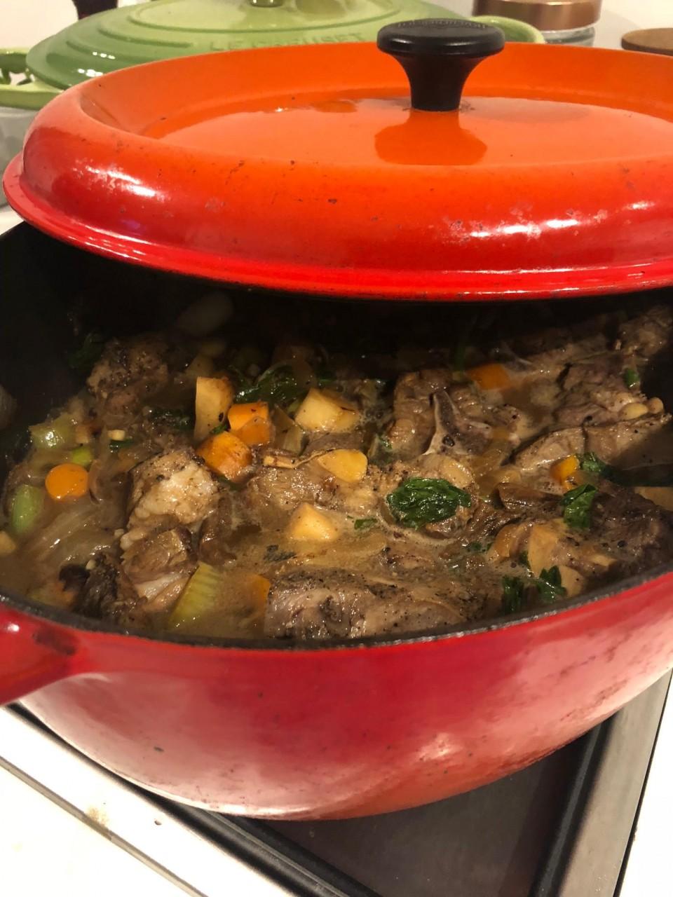 הצצה לתוך סיר טעים במיוחד. קדרת טלה, ערמונים, פטריות מיובשות וכל טוב!