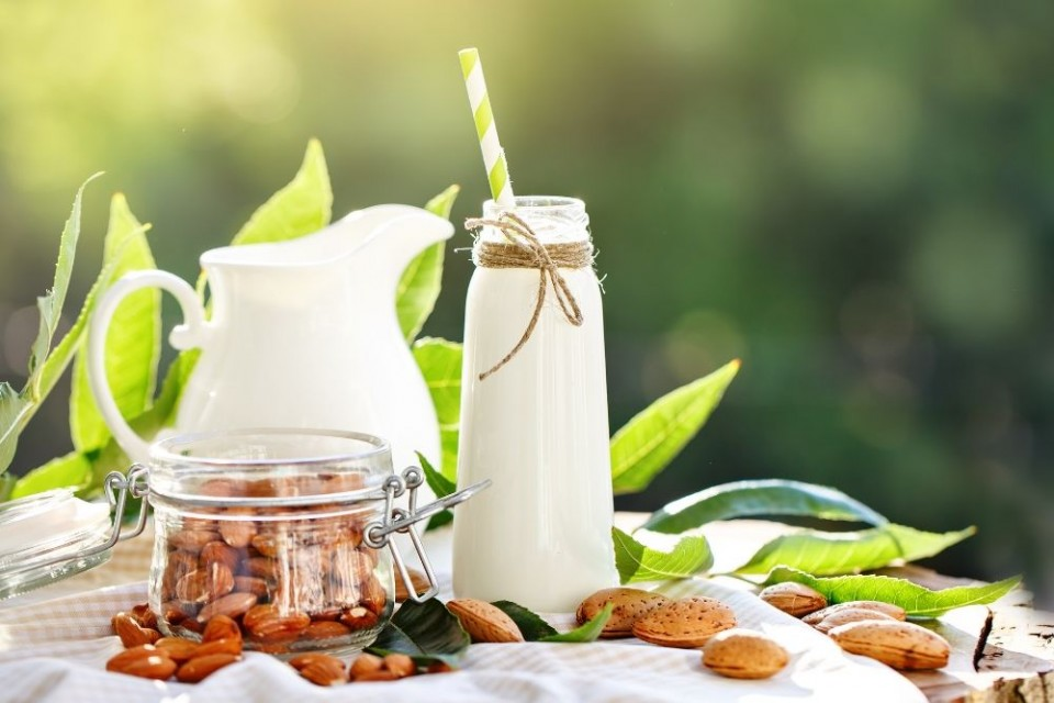 האם חלב השקדים יחליף את חלב הפרות?