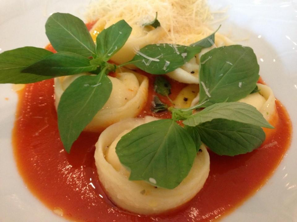 רביולי גבינות ברוטב עגבניות